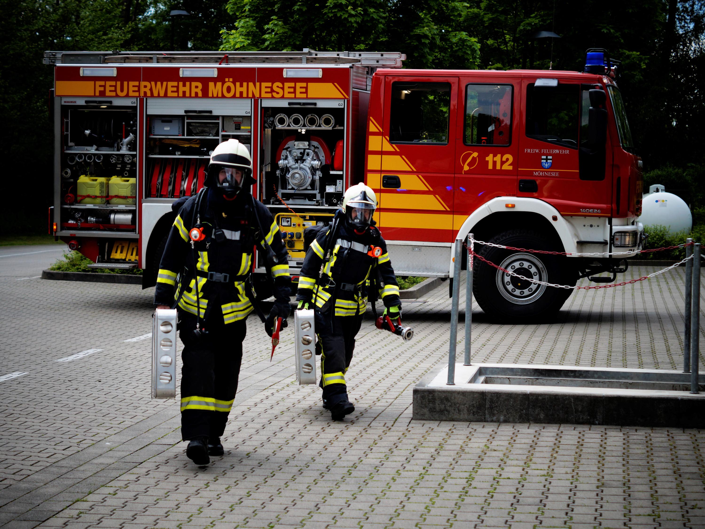 Lokale Feuerwehrleute treffen